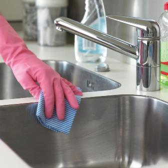 Làm sạch vòi nước và chậu rửa